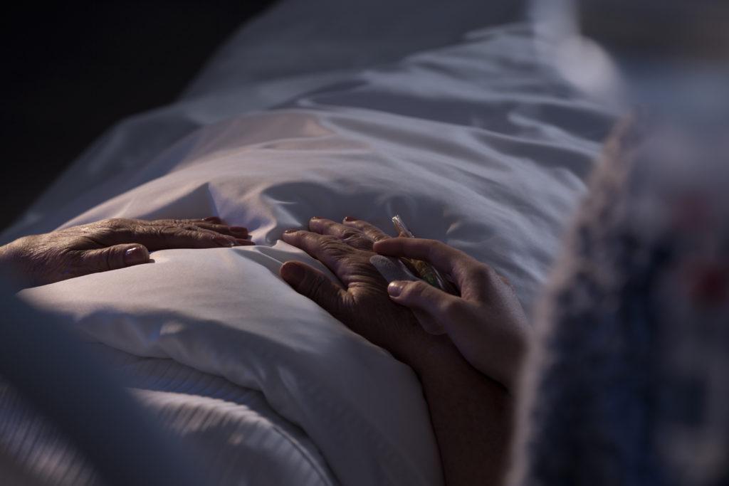 病に臥している人と看護する人