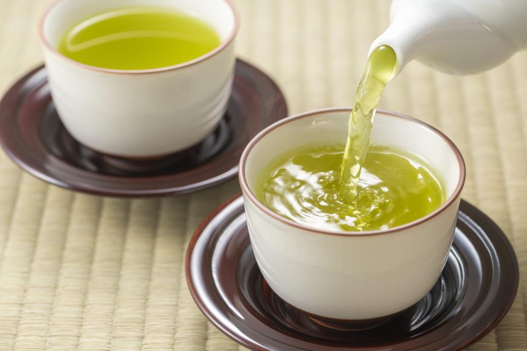 温かい緑茶をどうぞ